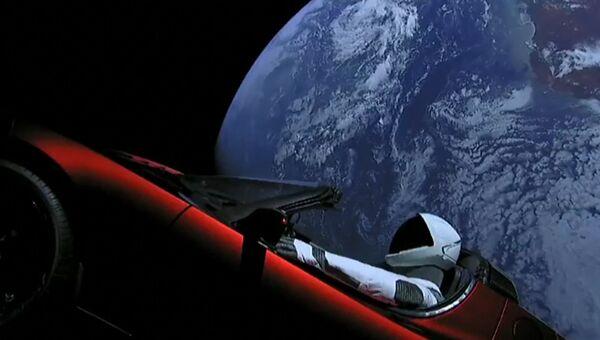 Автомобиль Tesla на орбите Земли и приземление ускорителей Falcon Heavy