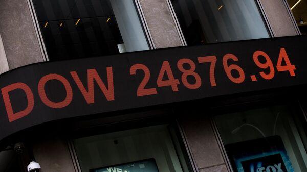 Информационная панель с данными об индексе Dow Jones на здании телекомпании Fox News в Нью-Йорке. Архивное фото