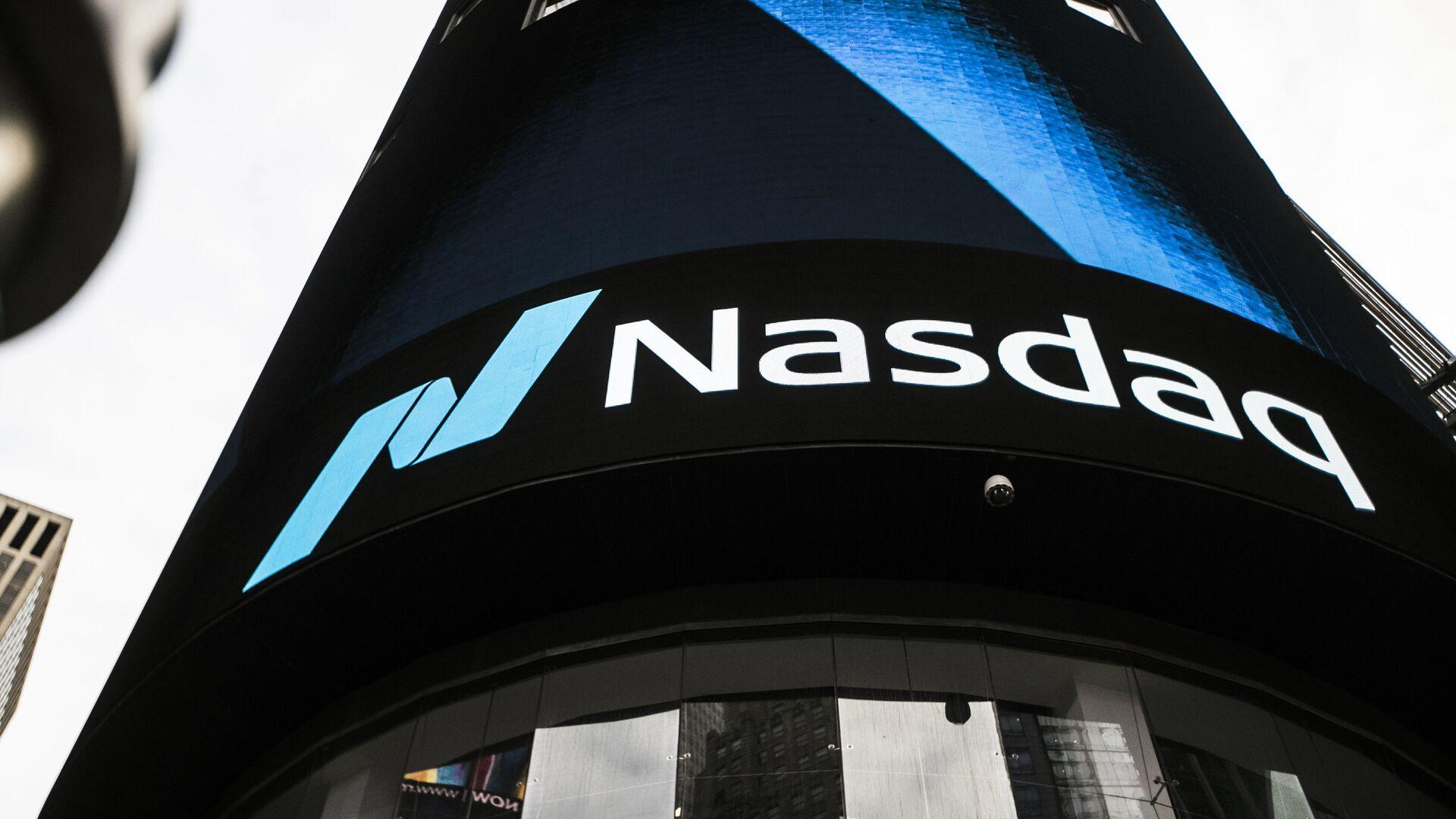 Информационная панель биржи NASDAQ на первых этажах небоскрёба Конде-Наст-билдинг на Таймс-сквер в Нью-Йорке - РИА Новости, 1920, 12.01.2021