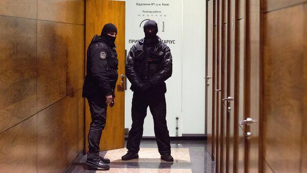 Сотрудники правоохранительных органов в здании редакции газеты Вести в Киеве