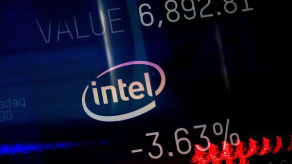 Индекс торговли компании Intel, показаный на информационной панели биржи NASDAQ