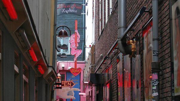 Один из переулков в квартале Красных фонарей в Амстердаме