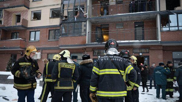 Сотрудники МЧС ликвидируют последствия взрыва газового баллона в жилом многоэтажном доме