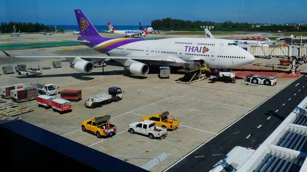 Самолет авиакомпании Thai Airlines в аэропорту острова Пхукет в Таиланде