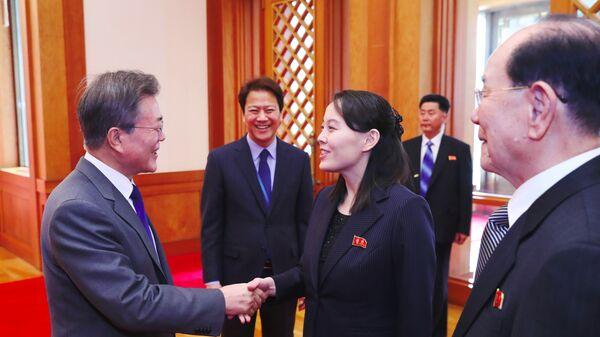 Президент Южной Кореи Мун Чжэ Ин и сестра Ким Чен Ына Ким Ё Чжон с делегацией из Северной Кореи. 10 февраля 2018