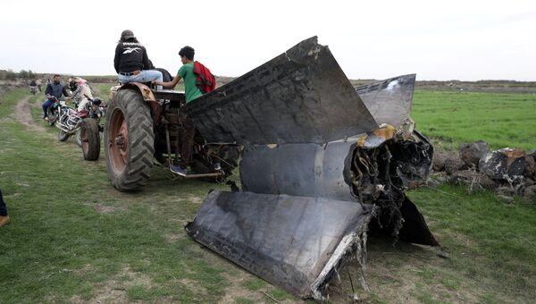 Трактор тянет часть ракеты, Сирия. 10 февраля 2018
