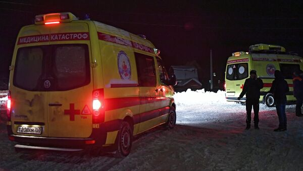 Автомобили Службы медицины катастроф в Раменском районе Московской области, где самолет Ан-148 Саратовских авиалиний рейса 703 Москва-Орск потерпел крушение 11 февраля 2018 года