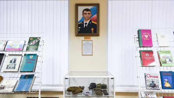 Портрет и стенд с личным снаряжением офицера спецназа, героя России Александра Прохоренко. Архивное фото