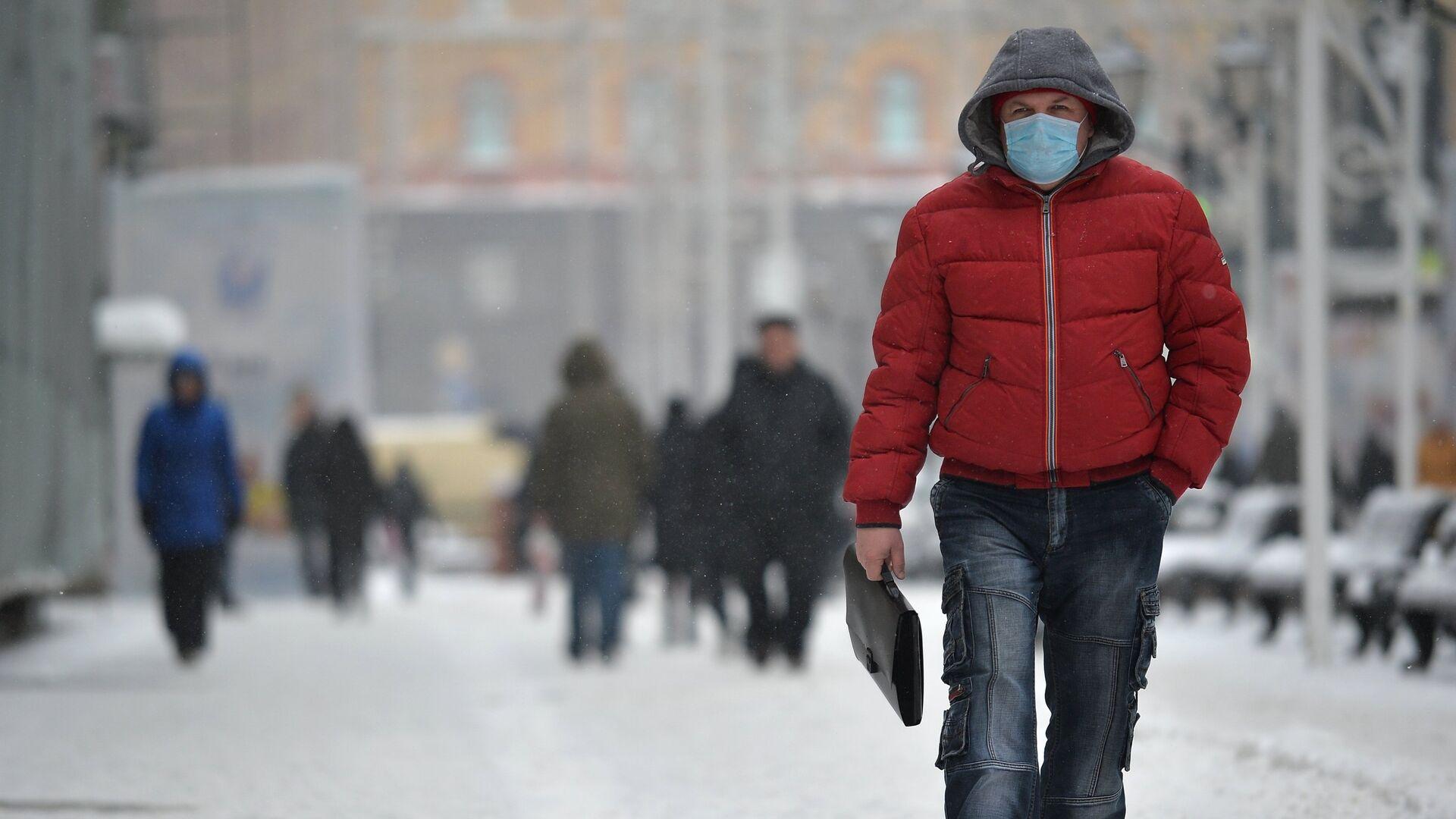 Мужчина в защитной маске в Москве - РИА Новости, 1920, 14.01.2021