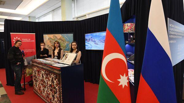 Посетитель на выставке, приуроченной к 25-летию установления дипсвязей России и Азербайджана в Москве