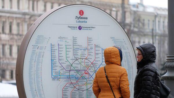 Уличная схема линий Московского метро у входа на станцию Лубянка