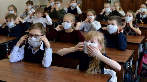 Ученики на уроке по профилактике заболевания гриппом и ОРВИ