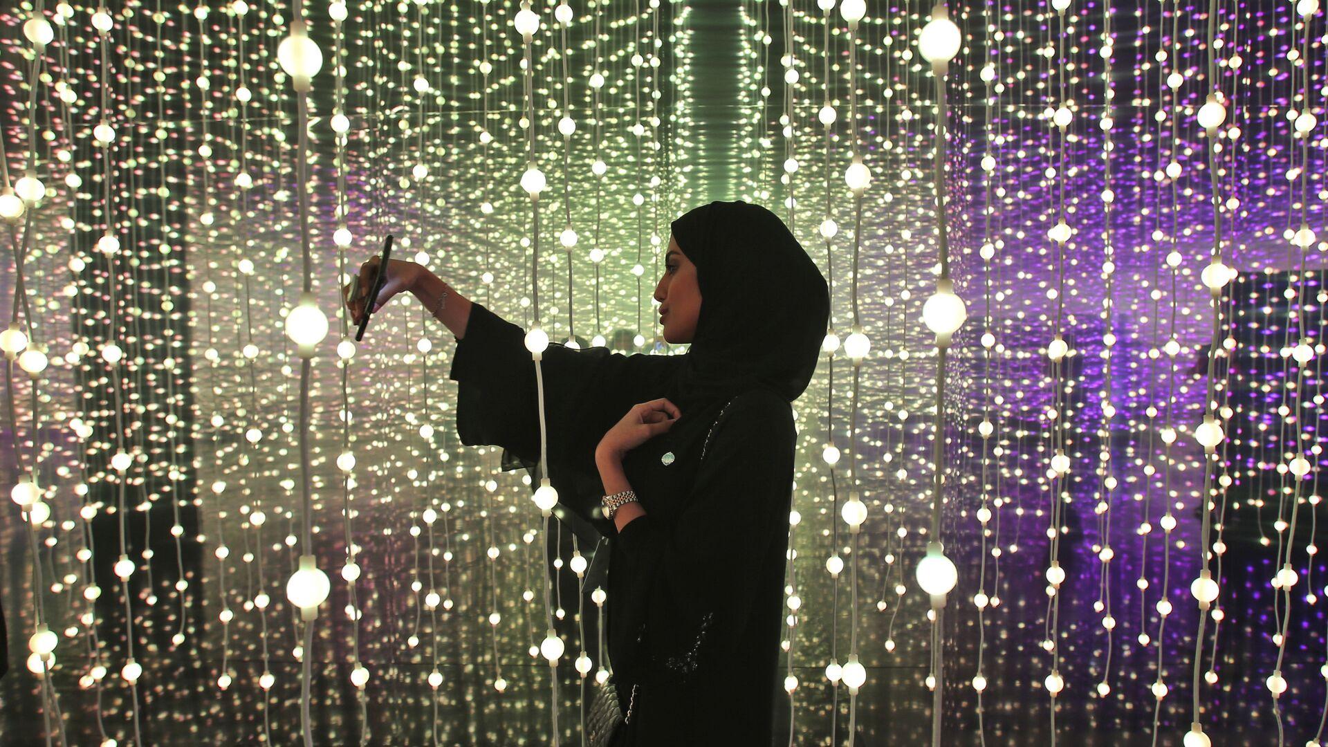 Женщина делает селфи на выставке в Дубае, ОАЭ  - РИА Новости, 1920, 26.10.2020