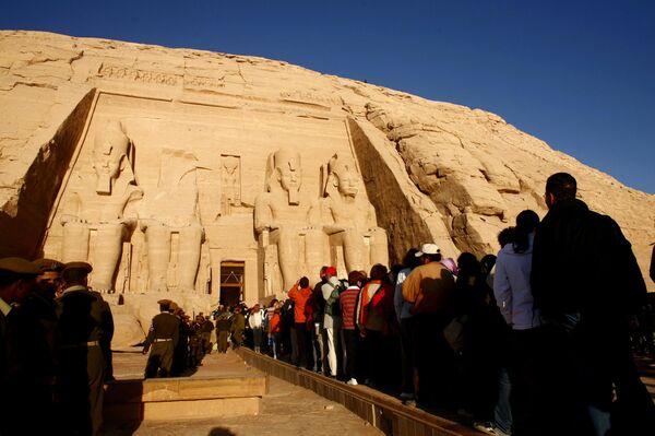 Иностранные туристы перед храмом в Абу Симбела, Египет