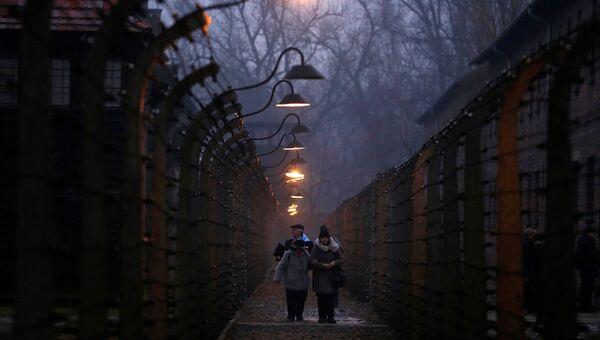 Бывшие узники в бывшем нацистском немецком концентрационном лагере Освенцим во время церемоний, посвященных 73-й годовщине освобождения лагеря и Международного дня памяти жертв Холокоста, Польша. 27 января 2018