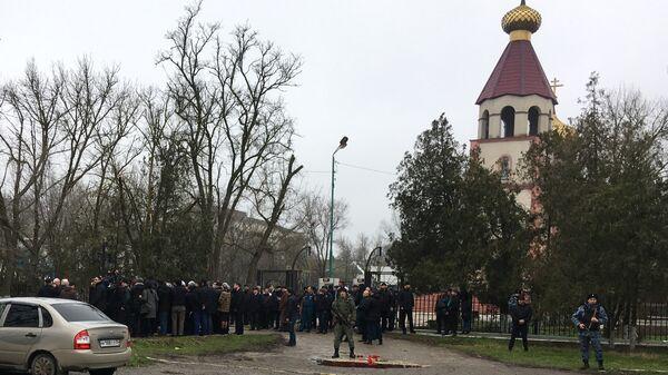 Жители у Свято-Георгиевского храма в Кизляре, где 18 февраля местный житель открыл стрельбу из ружья по прихожанам