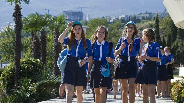 Дети на прогулке в Международном детском центре Артек в Крыму