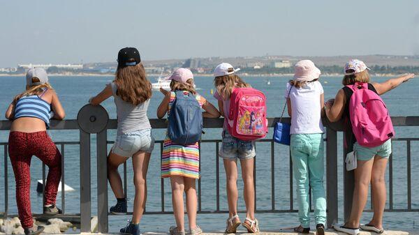 Дети на набережной в Анапе