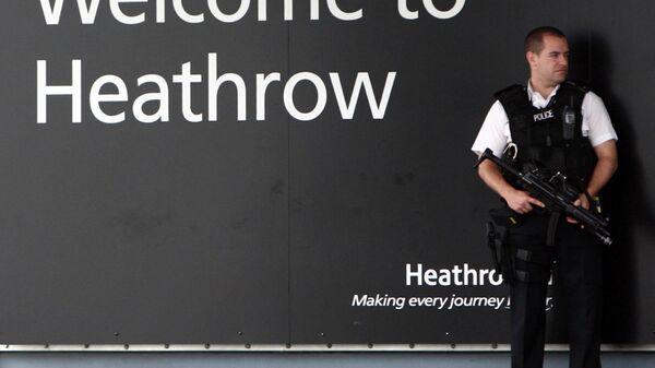 Полицейский в аэропорту Хитроу в Лондоне. Архивное фото