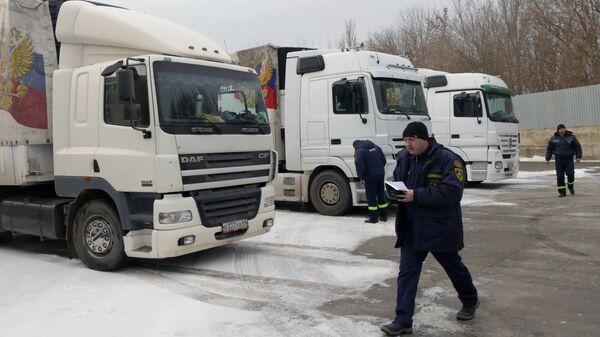 Автомобили конвоя МЧС России с гуманитарной помощью для жителей Донбасса в Донецке