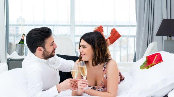 Молодая пара в номере отеля