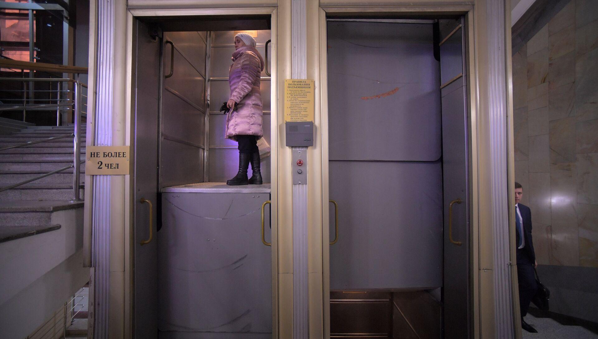 Вечные четки: как выглядит последний лифт патерностер в Москве - РИА Новости, 1920, 26.02.2018