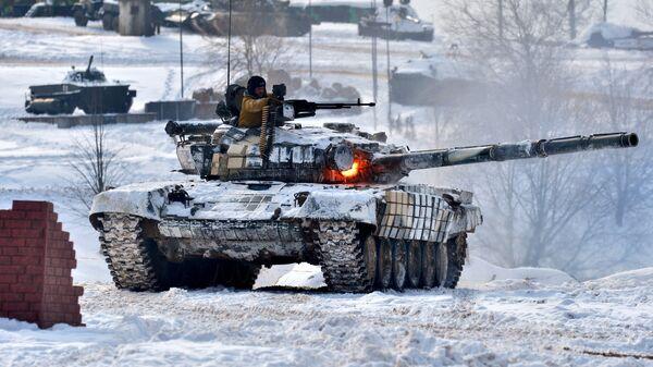 Демонстрация боевой подготовки современных Вооруженных сил Белоруссии под Минском, приуроченная к празднованию 100-летия вооруженных сил Белоруссии