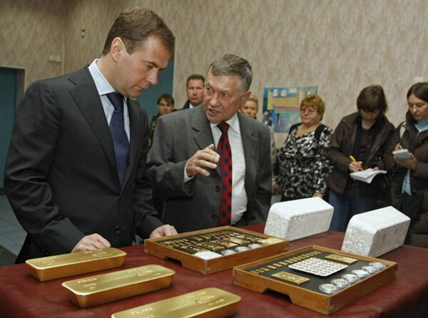 Президент РФ Дмитрий Медведев и директор завода Владислав Феоктистов во время посещения Колымского аффинажного завода в Магадане