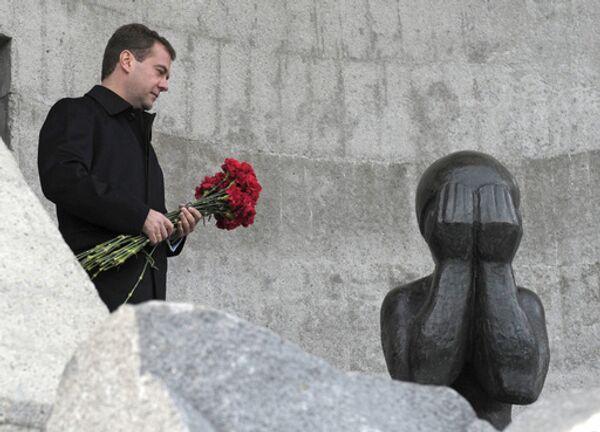 Президент РФ Дмитрий Медведев во время церемонии возложения цветов к мемориалу жертвам политических репрессий Маска скорби в Магадане