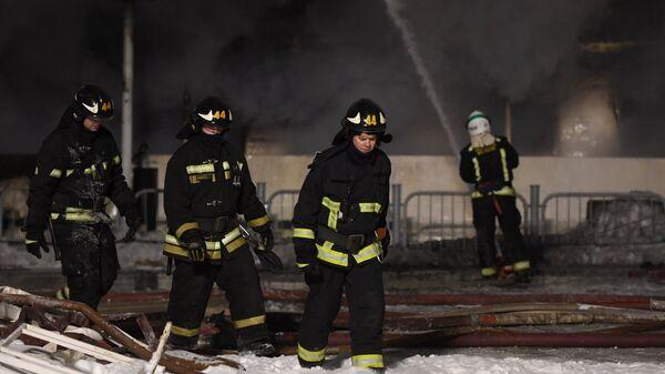 Сотрудники пожарной службы МЧС России во время тушения пожара