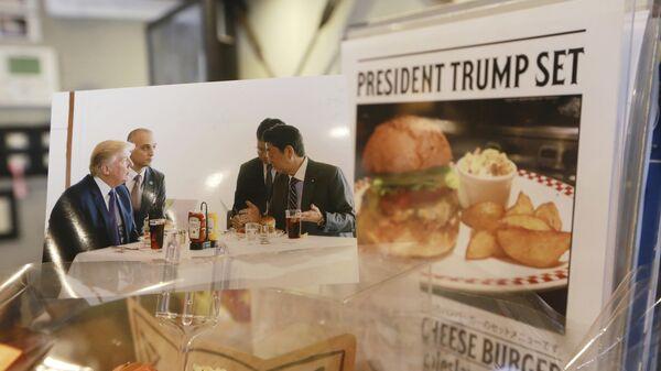 Реклама набора Трампа в японском фаст-фуде Munch's Burger Shack, еду из которого пробовал американский президент во время визита в Токио. 16 ноября 2017