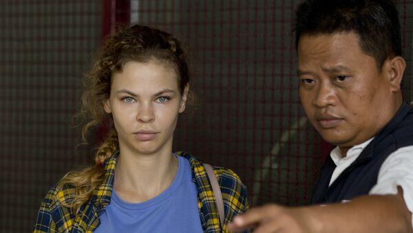 Полицейский сопровождает Анастасию Вашукевич из центра заключения в Паттайе, Таиланд. Архивное фото