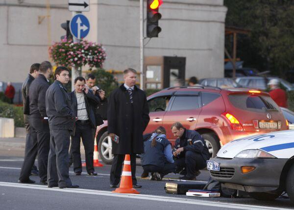 На месте происшествия , где в центре Москвы убит экс-депутат Государственной Думы РФ Руслан Ямадаев, работают сотрудники правоохранительных органов.