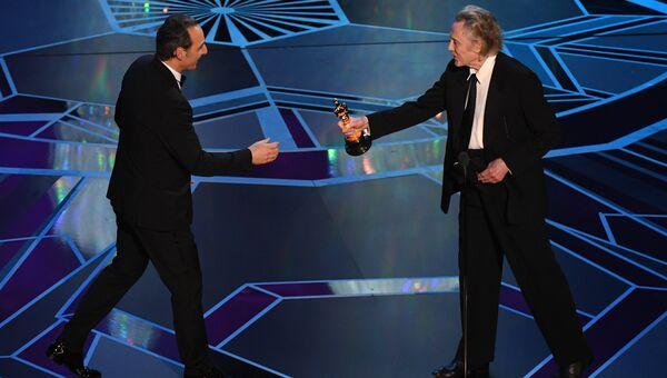 Александр Десплат и Кристофер Уокен на церемонии вручения премии Оскар