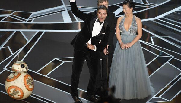 Оскар Айзекс, Марк Хэмилл и Келли Мари Тран на церемонии вручения премии Оскар