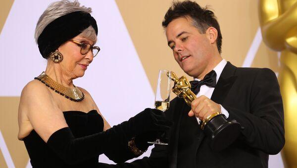Рита Морено и Себастьян Лелио на церемонии вручения премии Оскар