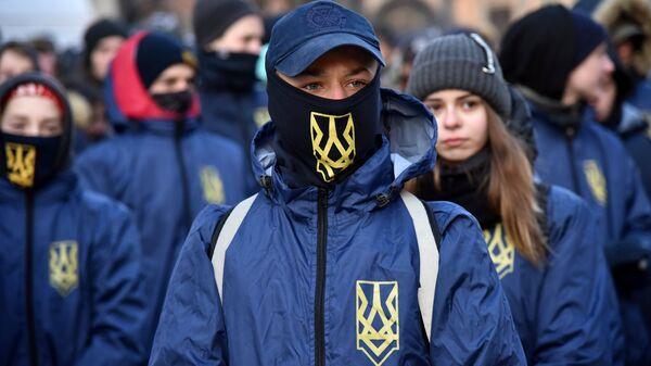 Участники факельного шествия активистов праворадикальных организаций
