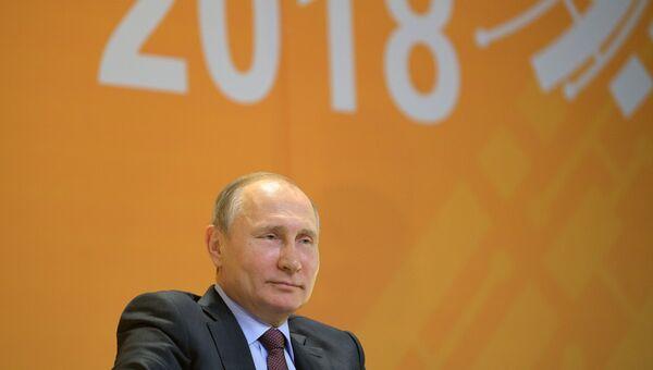 Владимир Путин во время участия в VI Всероссийском форуме рабочей молодежи в ходе рабочей поездки в Свердловскую область. 6 марта 2018