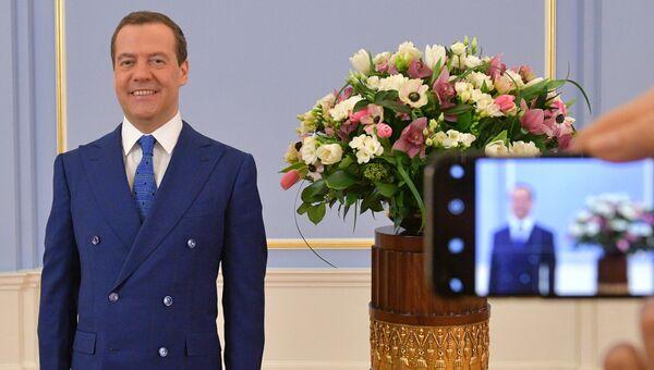 Дмитрий Медведев поздравил российских женщин с праздником – Международным женским днём. 8 марта 2018