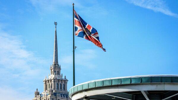 Флаг Великобритании у здания посольства в Москве. Архивное фото