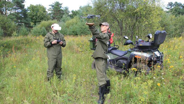 Сотрудники Оборонлеса осуществляют патрулирование местности с квадрокоптером. Архивное фото