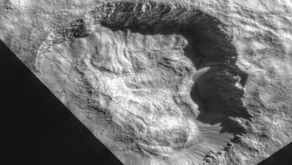 Кратер Юлинг, где зонд Dawn нашел следы испарения и замерзания воды