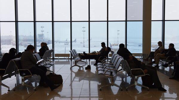 Пассажиры в зале ожидания в аэропорту Шереметьево. Архивное фото