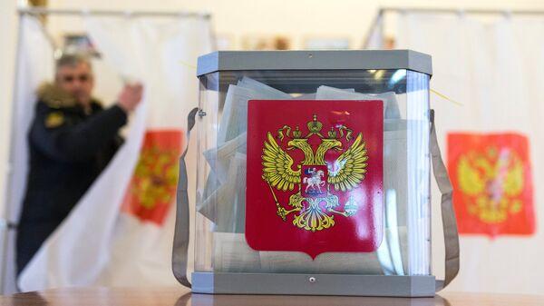Урна для голосования на избирательном участке. Архивное фото