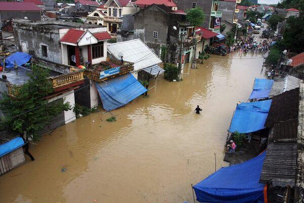 Мощный тропический тайфун обрушился на Вьетнам