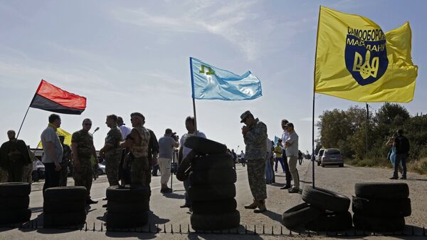 Активисты запрещенных в России Медждиса и Правого сектора блокируют автомобильную трассу на границе Украины и Крыма у поселка Чонгар