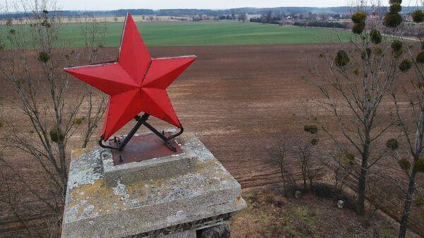 Красная звезда на вершине стелы в Миколине, установленной в память о красноармейцах - воинах Первого Украинского фронта, погибших в период 23-30 января 1945 года при форсировании Одера