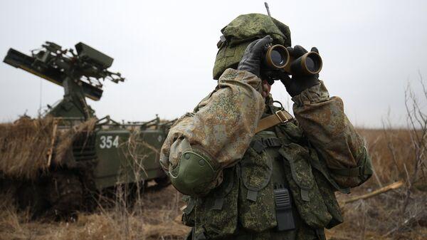 Военнослужащие во время тактико-специальных учений подразделения противовоздушной обороны воздушно-десантной дивизии