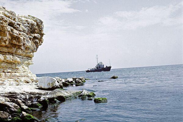 Российские моряки с задержанного в Африке судна просят власти о помощи
