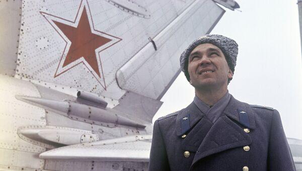 Георгий Мосолов у самолета МиГ-21. Архивное фото